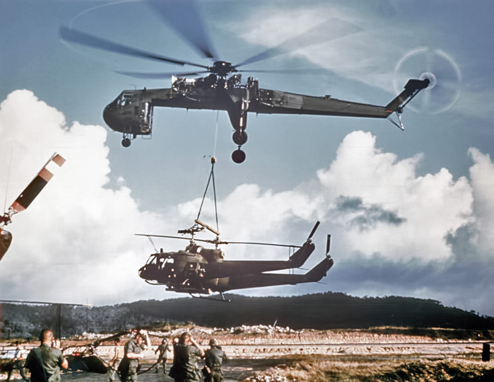 Sikorsky_Skycrane_carrying_2_Hueys_c